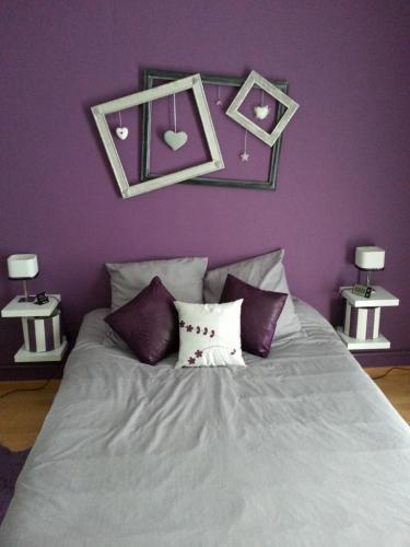 Chambre mur violet design de maison - Chambre violet aubergine ...