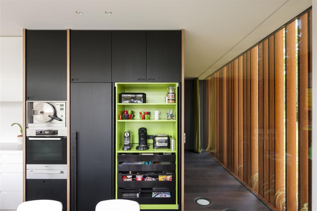 Cuisine avec portes de placards en bois teinté noir