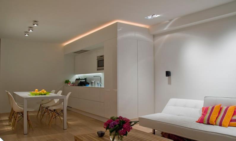Petite cuisine moderne avec meubles laqu s blancs ouverte - Piece a vivre moderne ...
