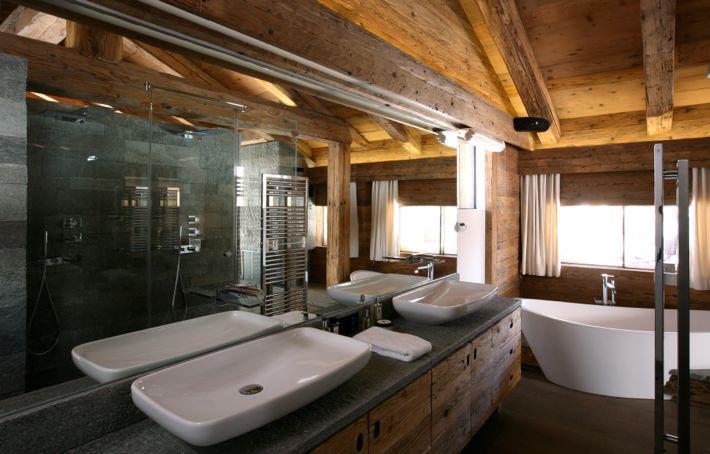 salle de bain au design contemporain dans une architecture en bois. Black Bedroom Furniture Sets. Home Design Ideas
