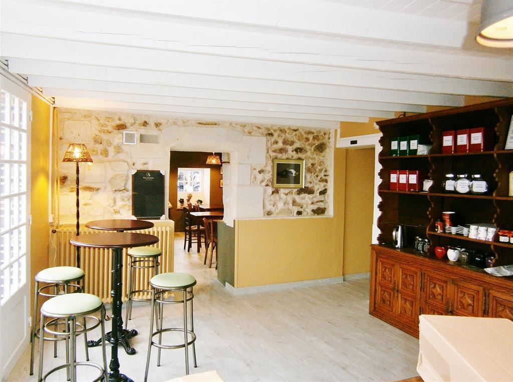 Pierres apparentes et plafond en bois peint en blanc for Plafond en bois blanc
