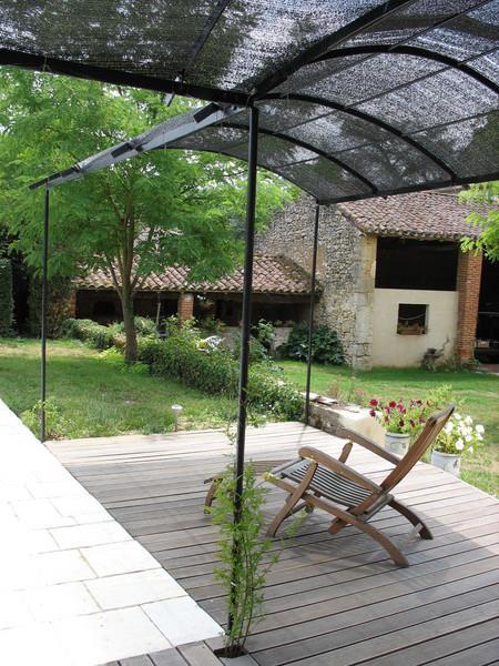 terrasse couverte 12 solutions l g res pour se mettre l ombre par emmanuelle lartilleux. Black Bedroom Furniture Sets. Home Design Ideas