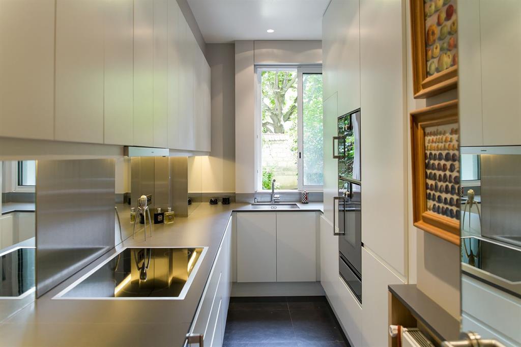 une petite cuisine avec effets de miroirs - Cuisine Petite Surface