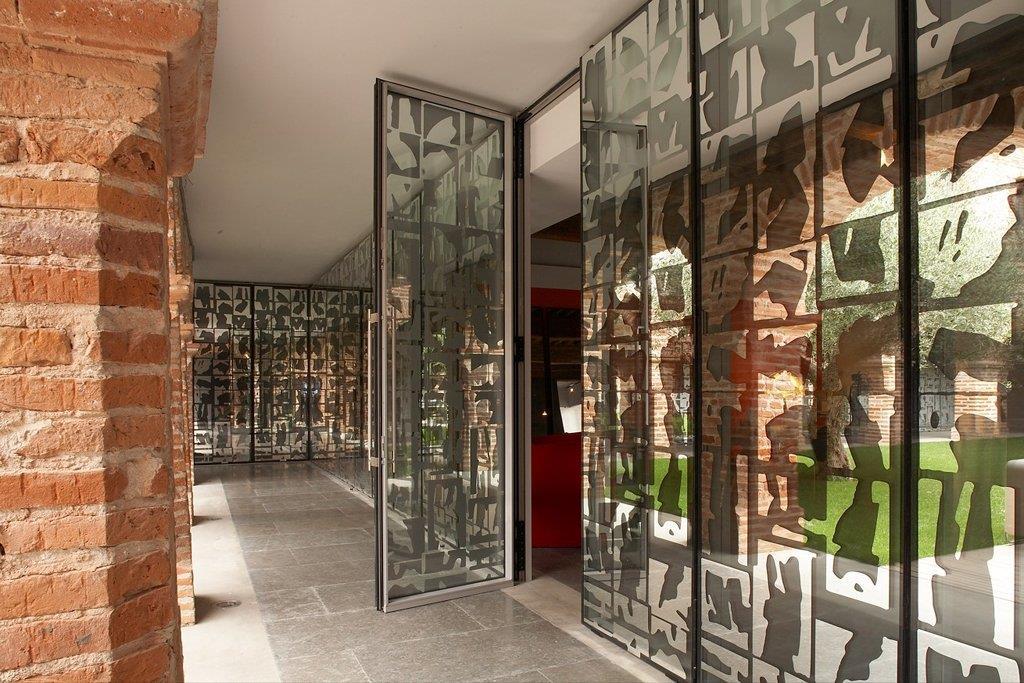 le mur de verre est imprim d 39 une s rigraphie base de. Black Bedroom Furniture Sets. Home Design Ideas