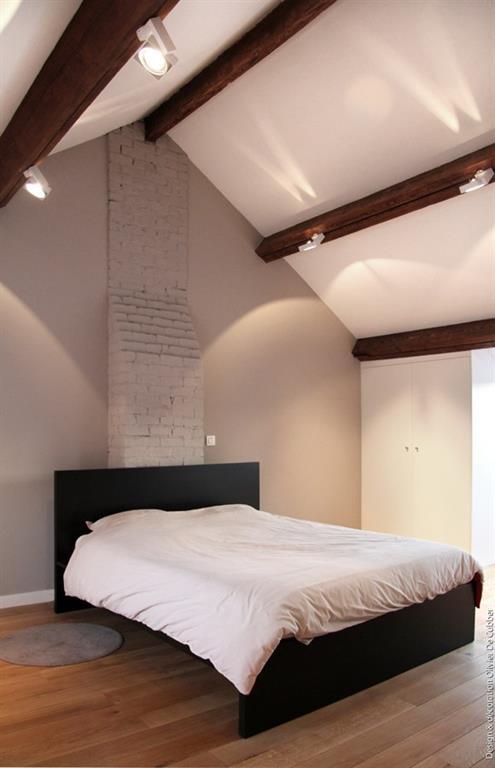 olivier de cubber chambre moderne aux tons naturels avec plafond poutres apparentes et parquet - Feng Shui Chambre Sous Pente