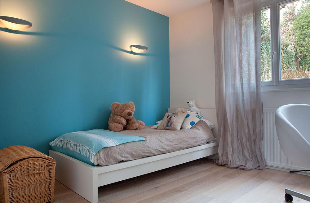 Chambre de gar on bleue avec mur bleu christiansen design for Photos chambre enfant