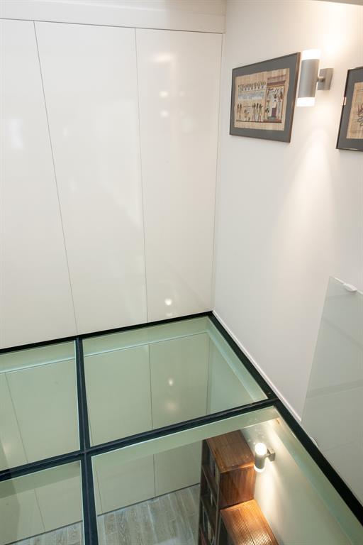 le plancher de verre augmente les perspectives et souligne l alignement des portes. Black Bedroom Furniture Sets. Home Design Ideas