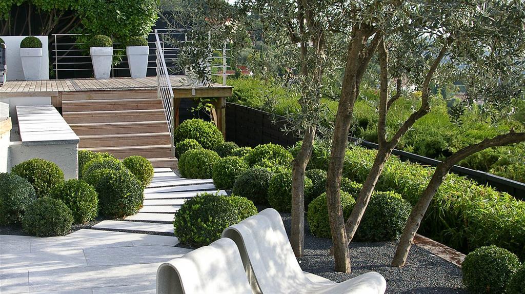 terrasse blanche et bois double niveaux english garden group. Black Bedroom Furniture Sets. Home Design Ideas