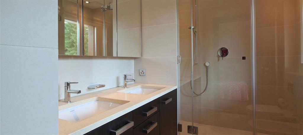 Salle de bain moderne avec grande douche en longueur for Salle de bain longueur