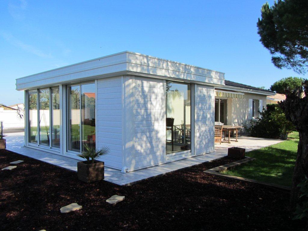 s0.domozoom.com/images/1/167491-vue-exterieure-moderne-veranda-aluminium-blanche-avec.jpg