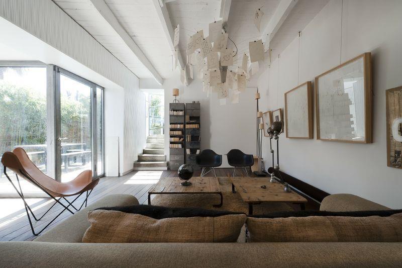 Cette ancienne m tairie a t m tamorphos e en une maison for Deco salon design contemporain