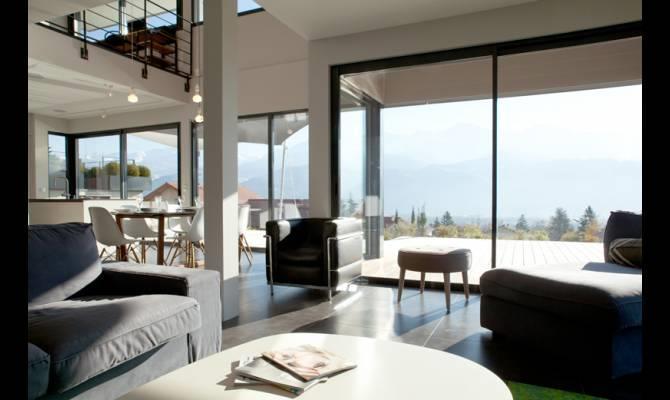 salon contemporain avec canap noir et grandes baies vitres - Salon Avec Canape Noir
