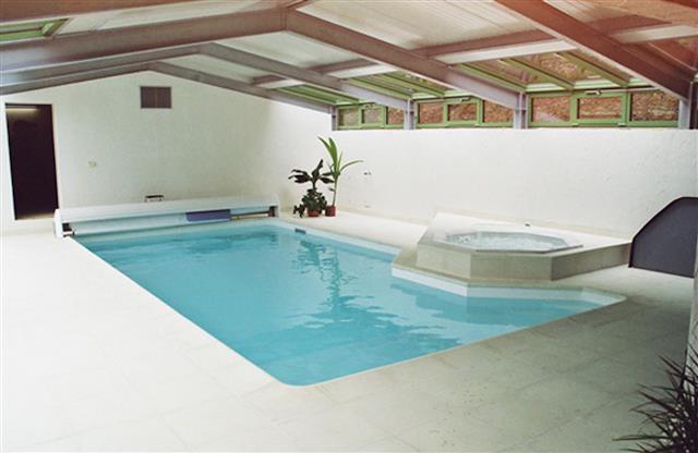 Piscine d 39 int rieur avec jacuzzi sadifel bobbera piscines for Piscine d interieur