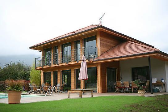 Maison moderne en ossature bois avec piscine et terrasse for Maison en bois moderne