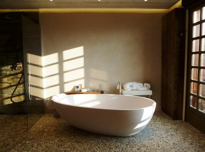 12 salles de bains pour choisir son carrelage et sa fa ence for Carrelage galet salle de bain