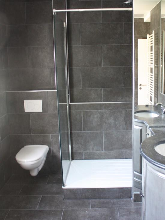 Salle de bain en carrelages gris fonc christophe couque for Carrelage quinconce