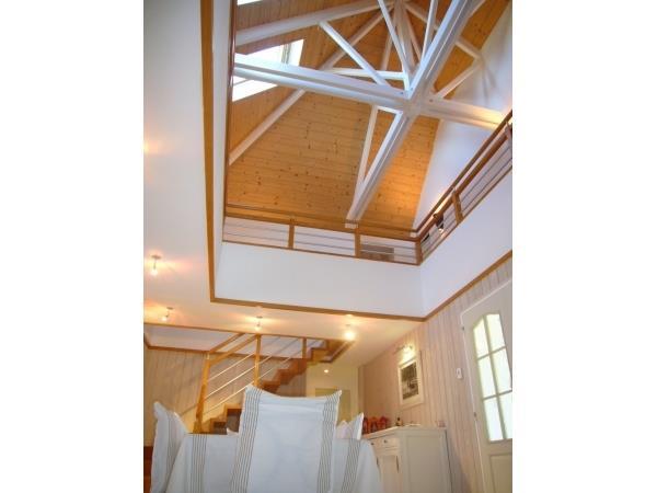 Chambre et mezzanine avec poutres de la charpente apparentes for Chambre avec mezzanine