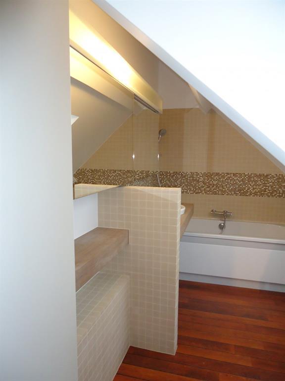 Petite salle de bain avec baignoire am nag e dans un comble - Amenagement petite salle de bain sous pente ...