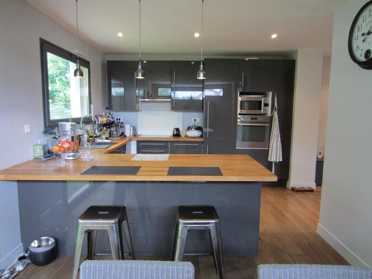 Chambre De Petite Fille Rose Et Blanc : Cuisine Gris Et Bois  Image Grande cuisine en U grise laqué et bois
