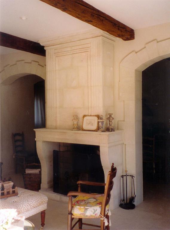 salon avec chemin e ancienne r nov e blanc blanc. Black Bedroom Furniture Sets. Home Design Ideas