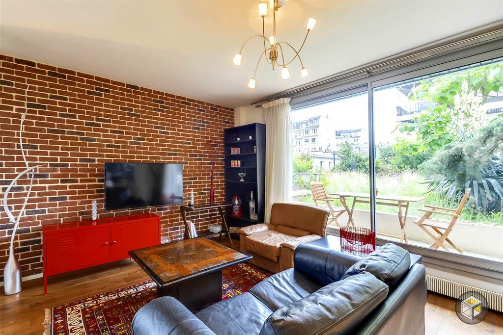 salon avec mur en fausses briques et acc s au jardin. Black Bedroom Furniture Sets. Home Design Ideas