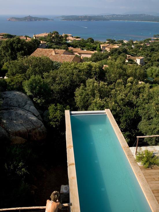 Piscine en porte faux sur la colline vezzoni associ s for Piscine design d o