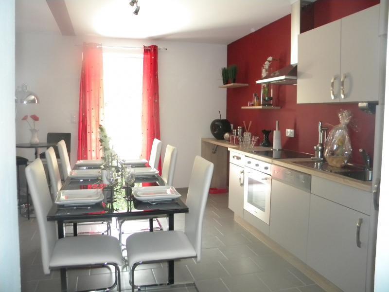 Cuisine avec murs rouge et meubles blancs ambiances decos - Cuisine mur rouge ...