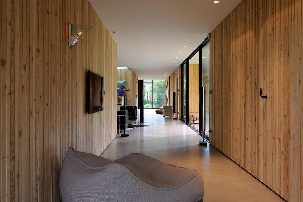 Habillage Mural Bois Acoustique : Puret? des lignes et des mat?riaux. Le bois, le b?ton, l'acier et