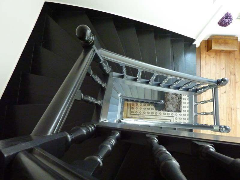 Escalier ancien au classicisme actualis par les marches noir corbeau - Escalier peint en noir ...