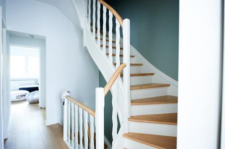 Escalier moderne en bois peint en blanc ah photo n 40 for Photo escalier peint blanc gris