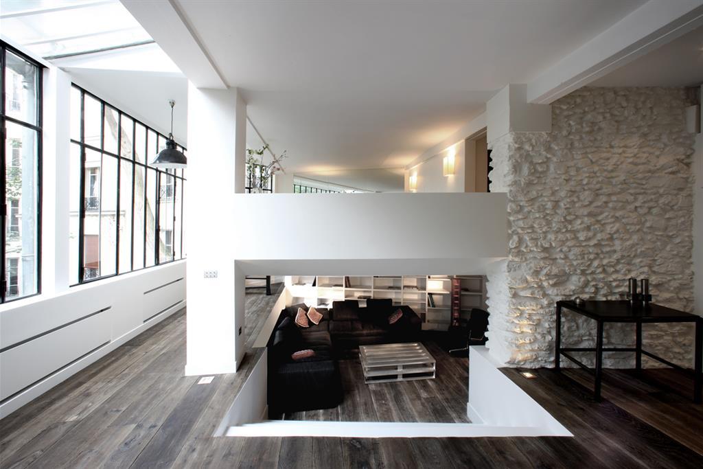 Superbe loft avec immense verri re montamartre r nov avec des mat riaux na - Salon sejour moderne ...