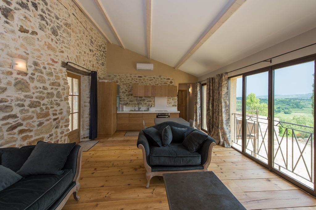 pi ce lumineuse avec baies vitr es sur toute la longueur. Black Bedroom Furniture Sets. Home Design Ideas