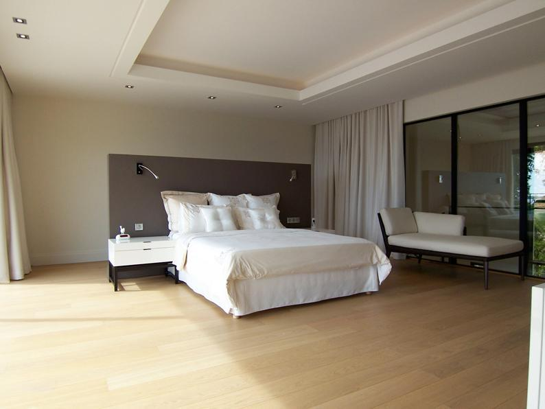 chambre avec lit blanc et parquet clair duprez design. Black Bedroom Furniture Sets. Home Design Ideas