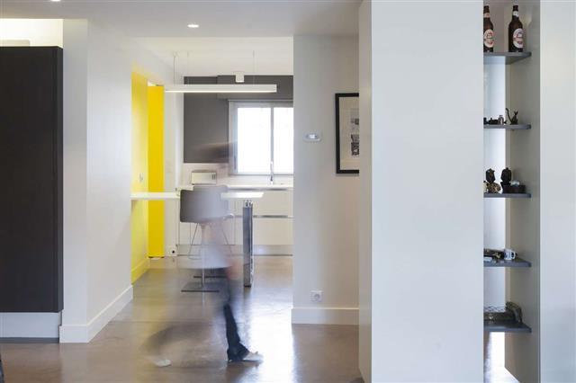 cuisine contemporaine blanche et jaune espaces interieurs - Cuisine Blanche Mur Jaune