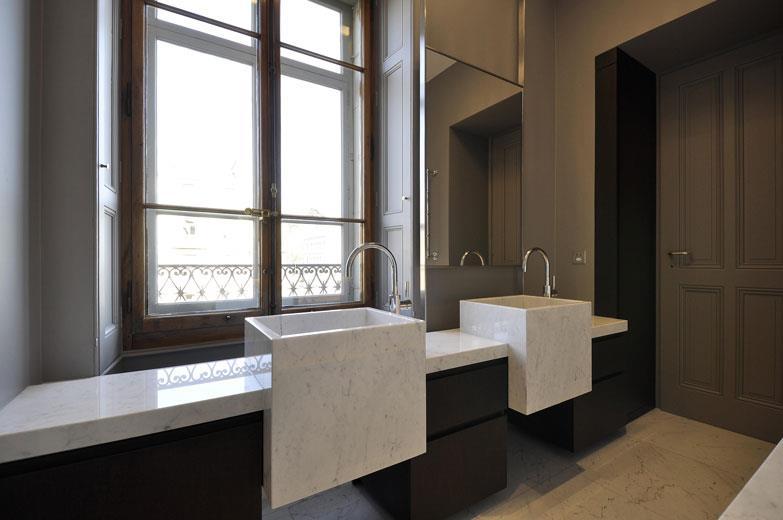 salle de bain avec double vasques carres designs sur mesure en marbre - Doubles Vasques Design