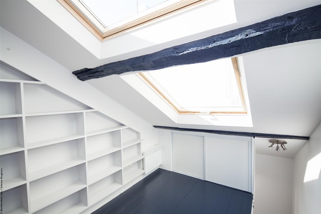 Petit duplex lumi re et ambiance moderne sous les toits par agn s vermod - Chambre sous pente de toit ...