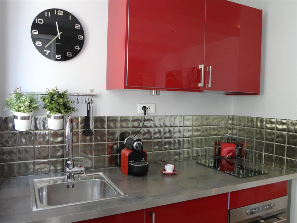 Cuisine moderne rouge et grise   détail du plan de travail