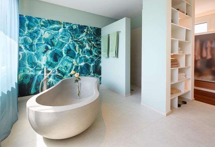 Salle De Bain Avec Mur Bleu Motifs D 39 Eau Renggli