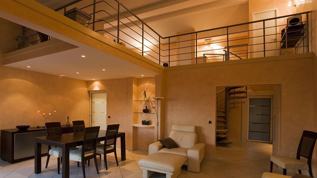 plateau ouvert avec mezzanine ouverte lumire chaude - Maison Moderne Avecmezzanine