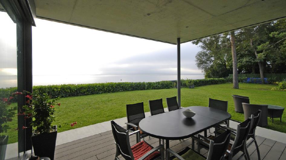 Image Terrasse bois ombragée et pelouse maison dartchitecture serge