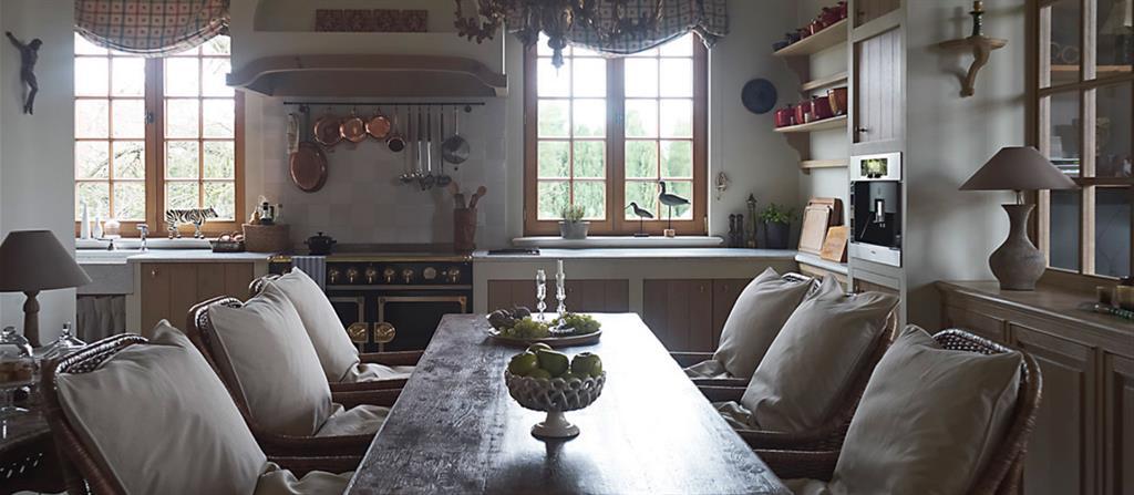 cuisine avec chaises anciennes en rotin table ancienne en bois massif portes des meubles - Cuisine Classique En Bois Massif
