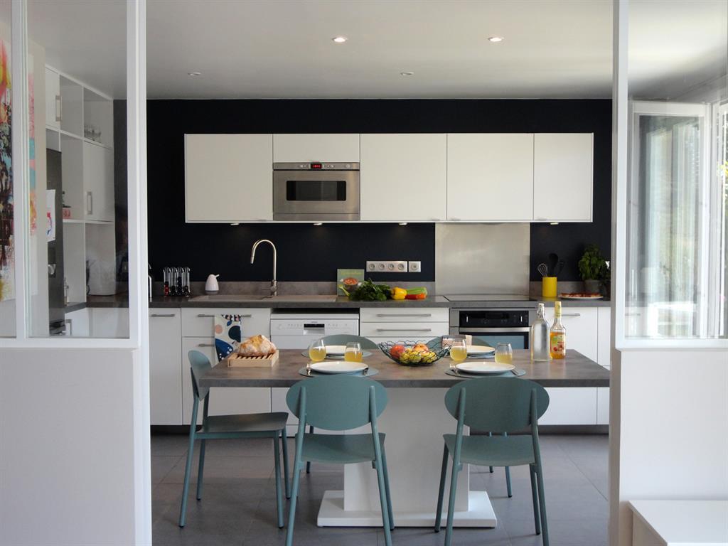Place la vie de famille dans une maison du 92 for Cuisine 9m2 ouverte