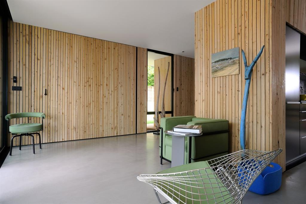 derri re le panneau de bois se cache un caisson lit. Black Bedroom Furniture Sets. Home Design Ideas