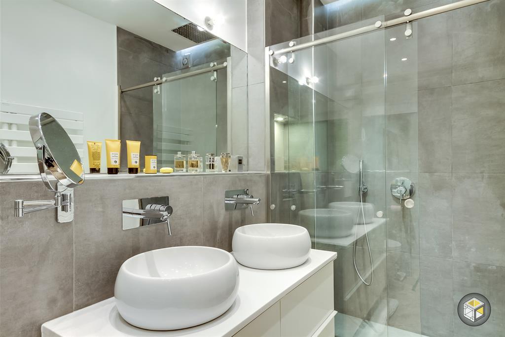 306112-salle-de-bain-moderne-salle-de-bain-avec.jpg