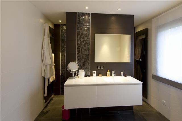 Salle de bain contemporaine grise et blanche for Photo salle de bain contemporaine