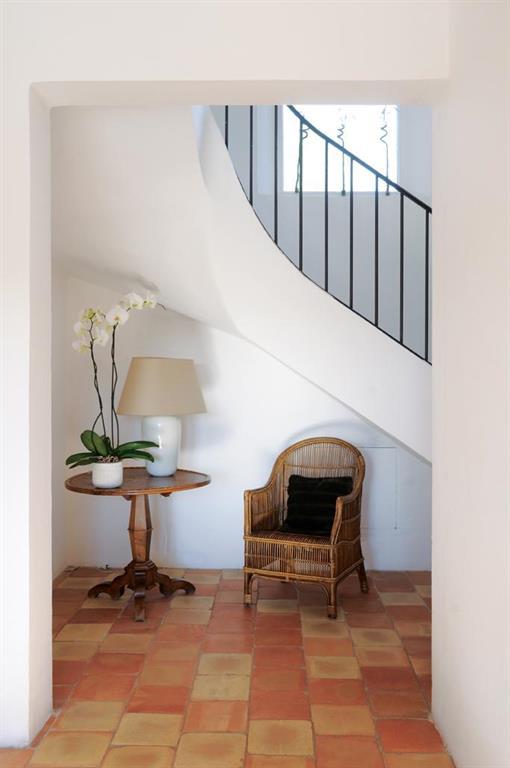 Escalier sur vo te sarrazine avec garde corps en fer et - Idee deco entree avec escalier ...