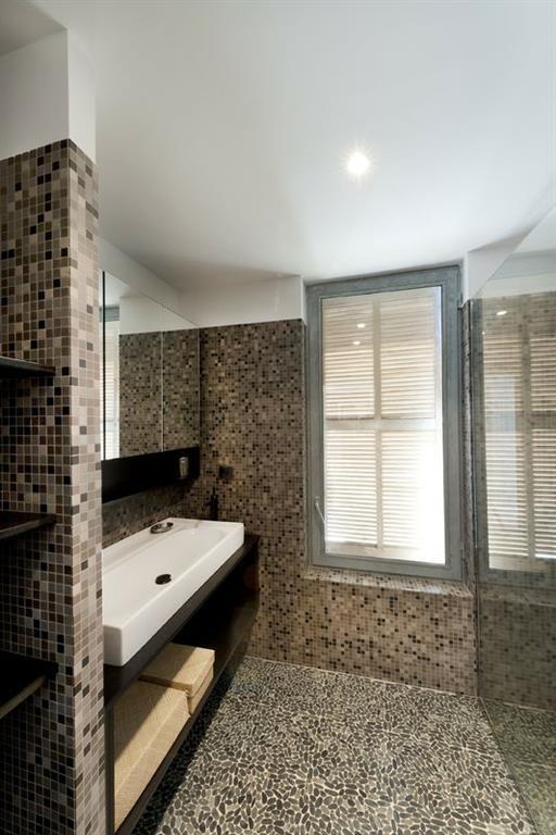 Salle d 39 eau avec sol en mosa que de galets maurice padovani for Galets de salle de bain