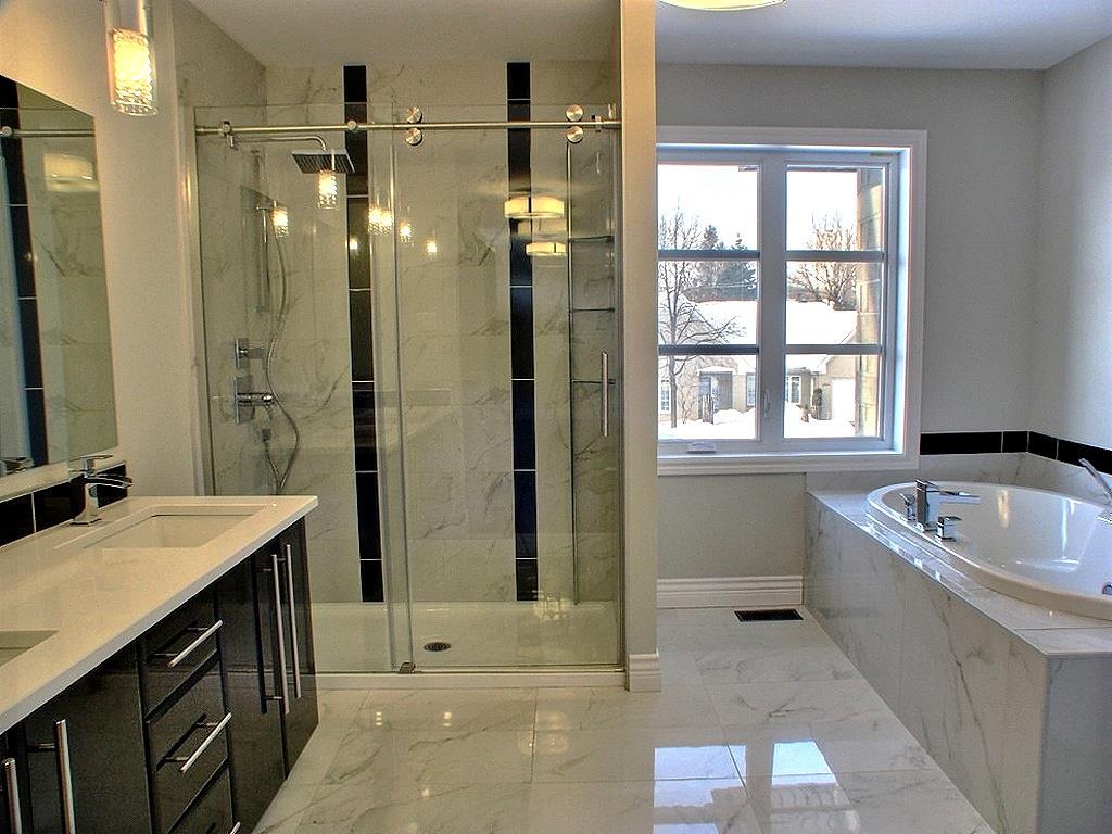 Salle de bain à dominante de marbre maisons la prise