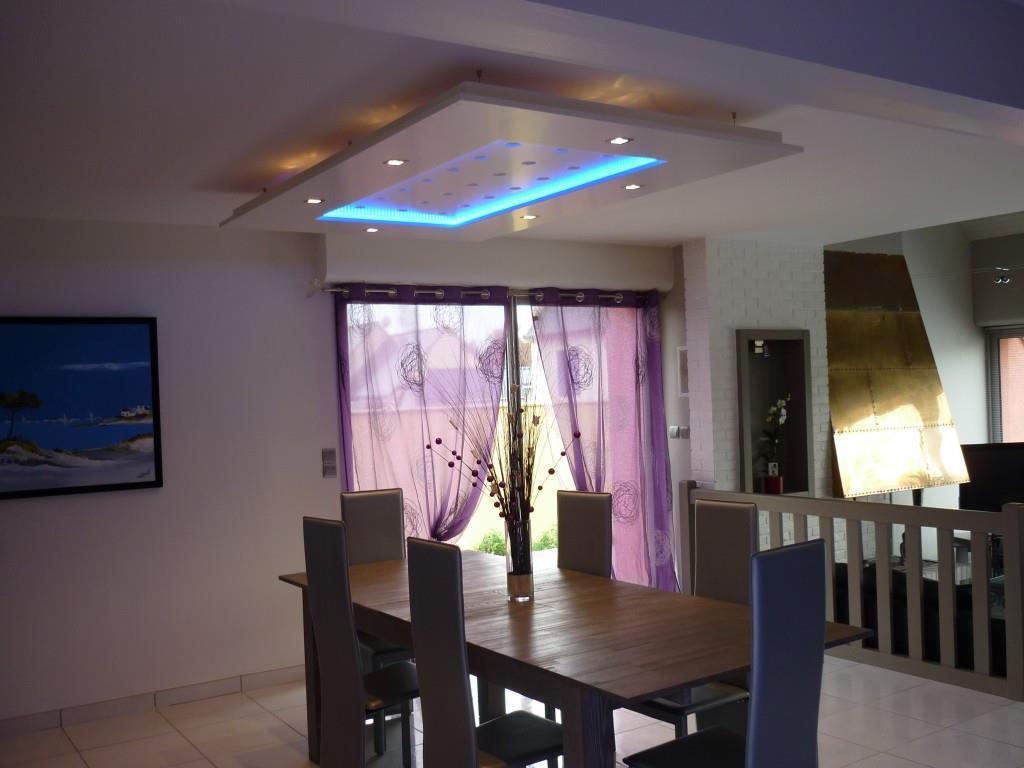 Table surplombée d'un faux plafond lumineux déco colas