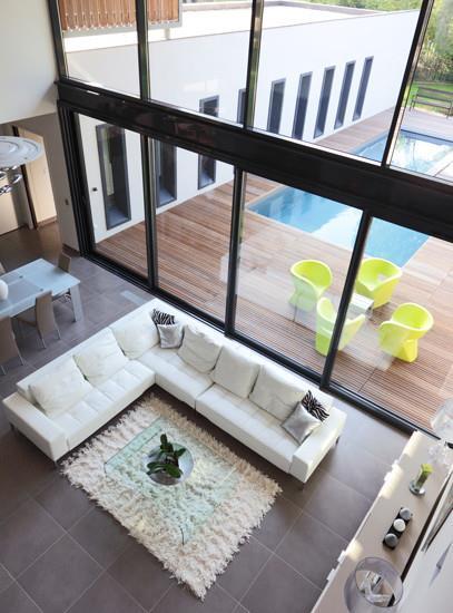 Salon grande hauteur sous plafond vitr a plus architecture - Hauteur minimale sous plafond ...